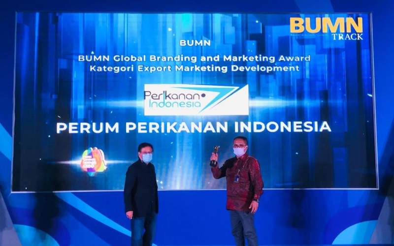 Direktur Operasional Perum Perindo Raenhat Tiranto Hutabarat (kanan) menerima penghargaan Global Branding and Marketing Award kategori Export Marketing Development pada acara 8th BUMN Branding & Marketing Award 2020, Kamis (5/11/2020). - istimewa