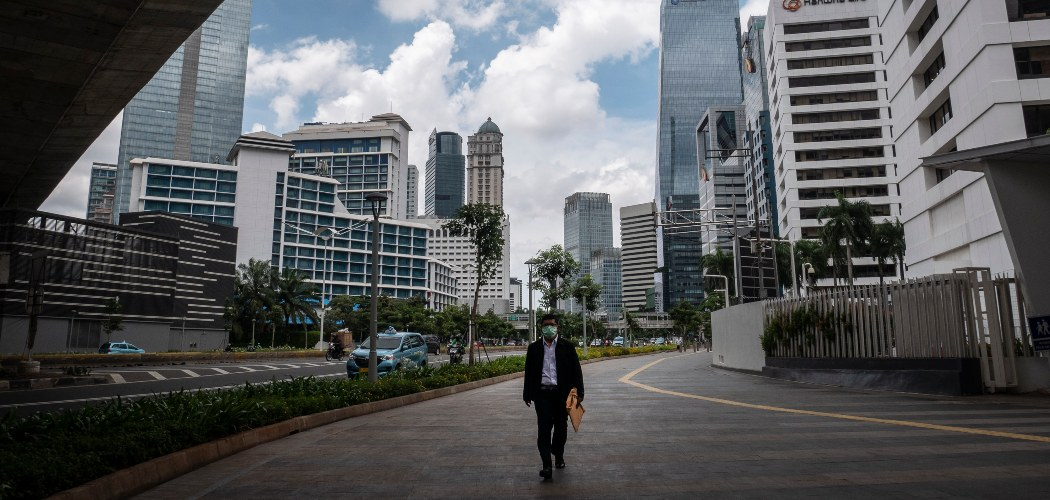 Pekerja berjalan di trotoar Jalan Jenderal Sudirman, Jakarta, Rabu (8/4/2020). - ANTARA FOTO/Dhemas Reviyanto