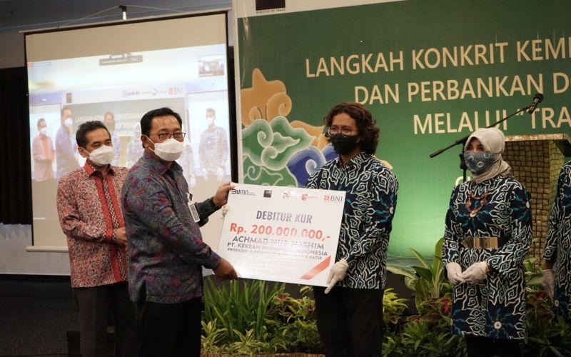 Direktur Hubungan Kelembagaan BNI Sis Apik Wijayanto secara simbolis menyerahkan KUR kepada UMKM binaan BNI di Cirebon, Jawa Barat, Kamis (5/11/2020).  - Dok. BNI