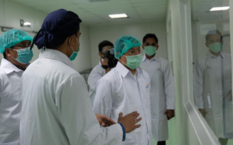 Menteri Kesehatan Republik Indonesia Terawan Agus Putranto saat meninjau pabrik Kimia Farma. - Kimia Farma