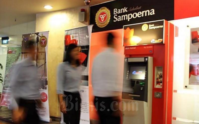Nasabah melakukan transaksi elektronik di kantor Bank Sahabat Sampoerna, Jakarta, Rabu (06/06). - JIBI/Endang Muchtar