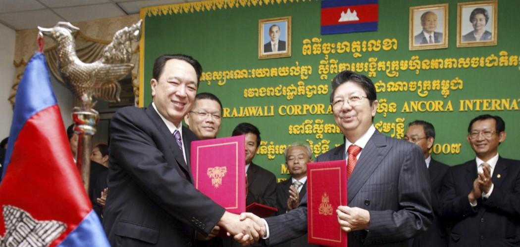 Deputi Perdana Menteri Kamboja Sok An (kanan) berjabat tangan dengan Peter Sondakh (kiri), Pemimpin dan CEO Grup Rajawali, setelah acara penandatanganan untuk maskapai penerbangan nasional Kamboja yang baru di Phnom Penh, Jumat (23/11/2007). - antara / Chor Sokunthea.