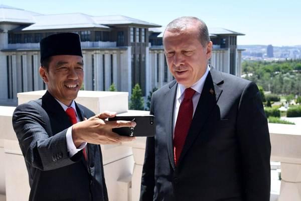 Presiden Joko Widodo (kiri) mengajak Presiden Turki Recep Tayyip Erdogan ngevlog (membuat video blog). - Humas Setkab