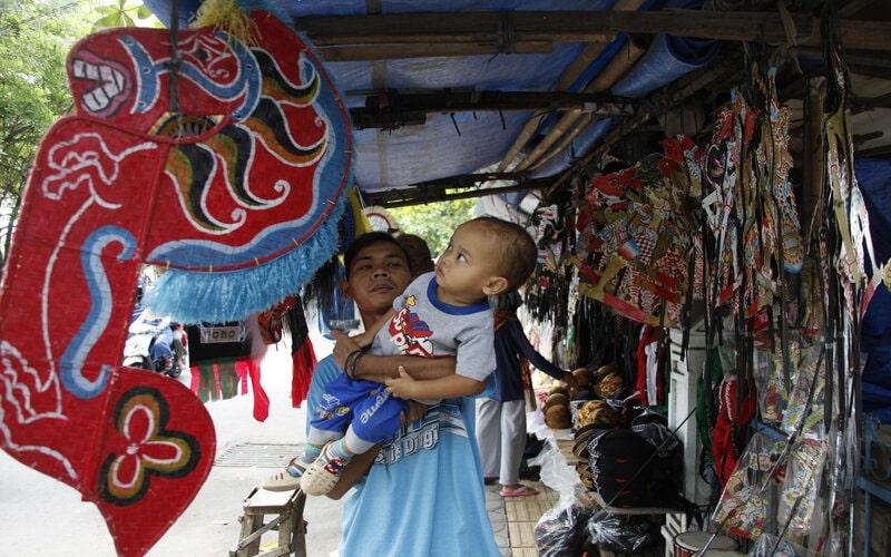 Pembeli memilih mainan tradisional yang dijual di Pasar Klewer, Solo, Jawa Tengah, Minggu (1/11/2020). Berbagai kerajinan, aksesoris seni, busana dan mainan tradisional yang dijual seharga Rp15.000 hingga Rp260.000 tersebut banyak dibeli untuk souvernir bagi para turis di kawasan wisata di Keraton Kasunanan Hadiningrat Surakarta, Pasar Klewer dan Masjid Agung Solo. - Antara/Maulana Surya