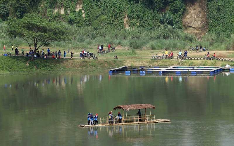 Pesepeda menaiki perahu di Danau Cisawang di Kabupaten Bogor. Bisnis - Himawan L Nugraha