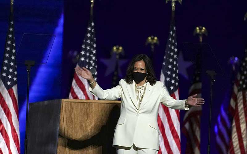 Wakil Presiden terpilih AS Kamala Harris menyapa pendukungnya saat menyampaikan pidato kemenangan di Wilmington, Delaware, AS, Sabtu (7 /11/2020). Bloomberg - Sarah Silbiger\r\n