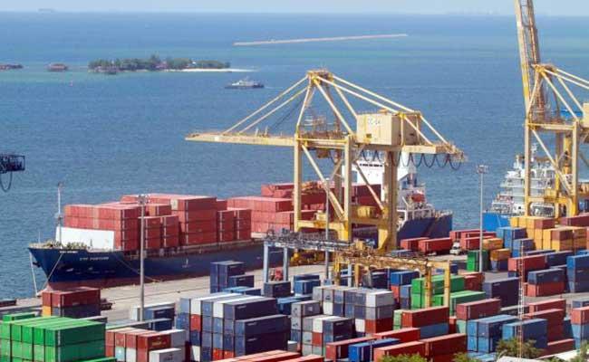 Aktifitas bongkar muat di terminal petikemas Pelabuhan Makassar, Sulawesi Selatan. Bisnis - Paulus Tandi Bone