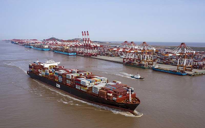 Foto udara kapal yang mengangkut kontainer di Pelabhuan Yangshan Deepwater, Shanghai, China, Senin (23/3/2020). Bloomberg - Qilai Shen\n