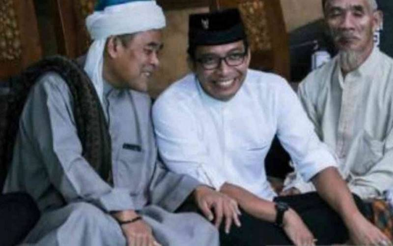 Ketua Dewan Masjid Indonesia Kabupaten Bekasi Imam Mulyana (kiri) - Antara