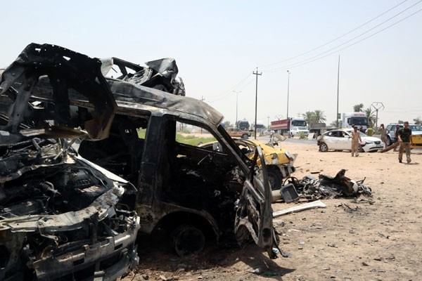 Ilustrasi - Kendaraan yang hancur terlihat di lokasi serangan bom mobil bunuh diri di Khalis, utara Baghdad, Irak, Senin (25/7/2016). - Reuters