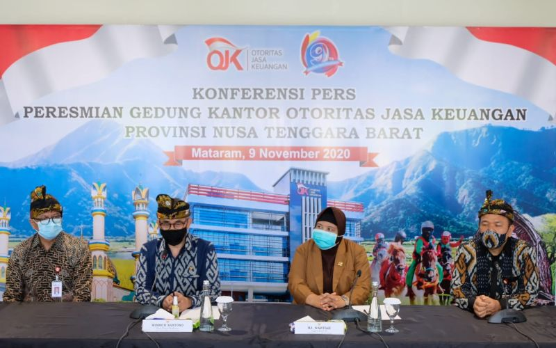 Ketua Dewan Komisioner OJK Wimboh Santoso (kedua kiri), anggota Komisi XI DPR RI Wartiah (dua kanan), Kepala OJK NTB Farid Falatehan, dan Kepala Regional 8 OJK Bali Nusra Giri Tribroto saat konferensi pers peresmian kantor baru di Mataram, Senin (9/11/2020). -  Bisnis/Hendri Tri Widi Asworo