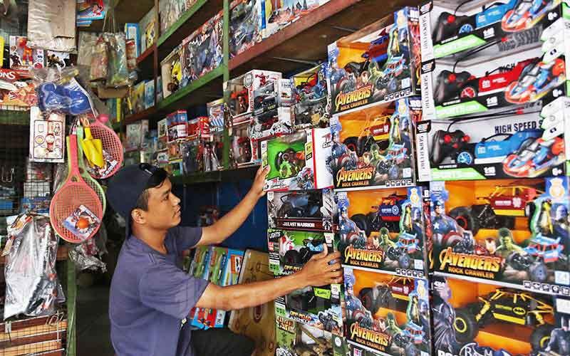 Pedagang menyusun mainan di Pasar Gembrong, Jakarta, Senin (24/2/2020). Bisnis - Eusebio Chrysnamurti