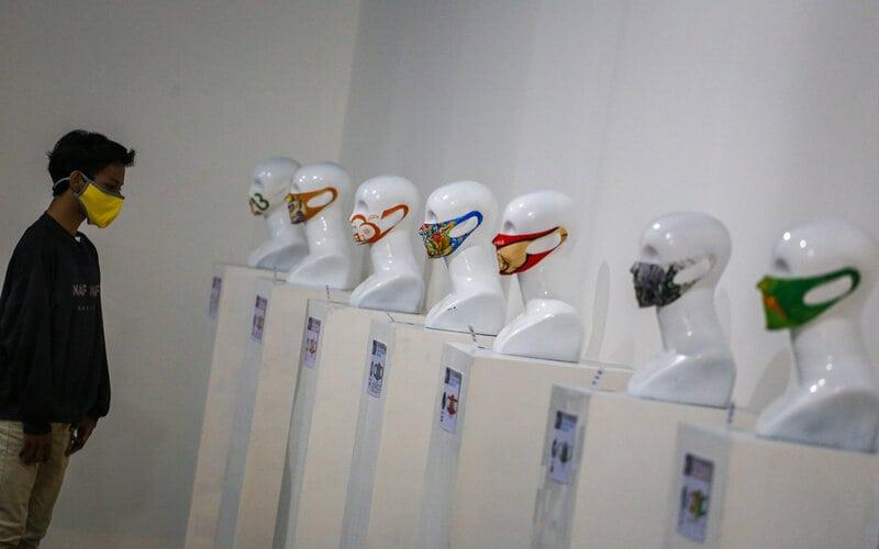 Pameran desain masker yang diikuti peserta dari berbagai negara tersebut guna meningkatkan kesadaran masyarakat akan pentingya menggunakan masker di tengah pandemi Covid-19. - Antara/Fauzan.
