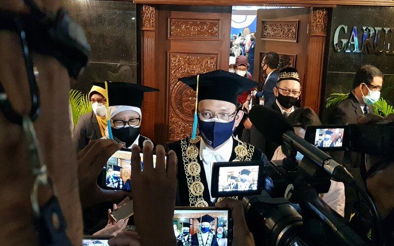 Direktur Utama Biotis, FX Sudirman (batik hijau) dan Rektor Universitas Airlangga, M. Nasih (pakai toga) - Bisnis/Peni Widarti