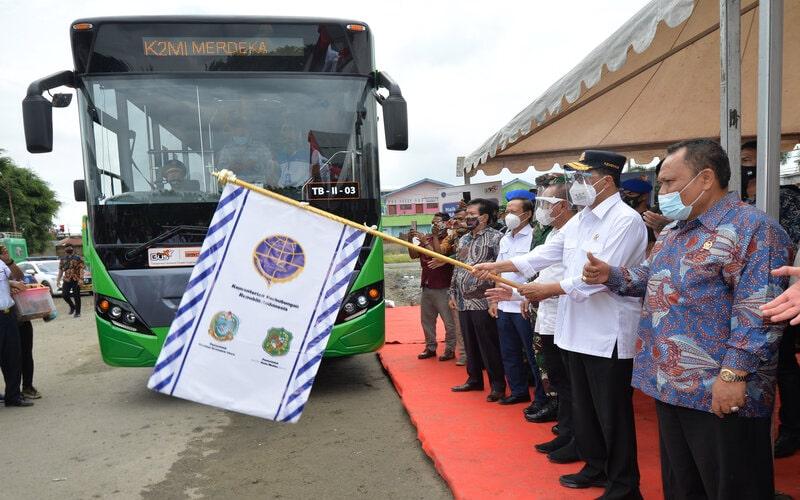 Peluncuran Layanan Angkutan Perkotaan (Buy The Service) dalam rangkaian acara Groundbreaking Revitalisasi Terminal Tipe A Amplas, di Terminal Amplas, Medan, Sumatera Utara, Minggu (8/11/2020). - Antara/BKIP Kemenhub