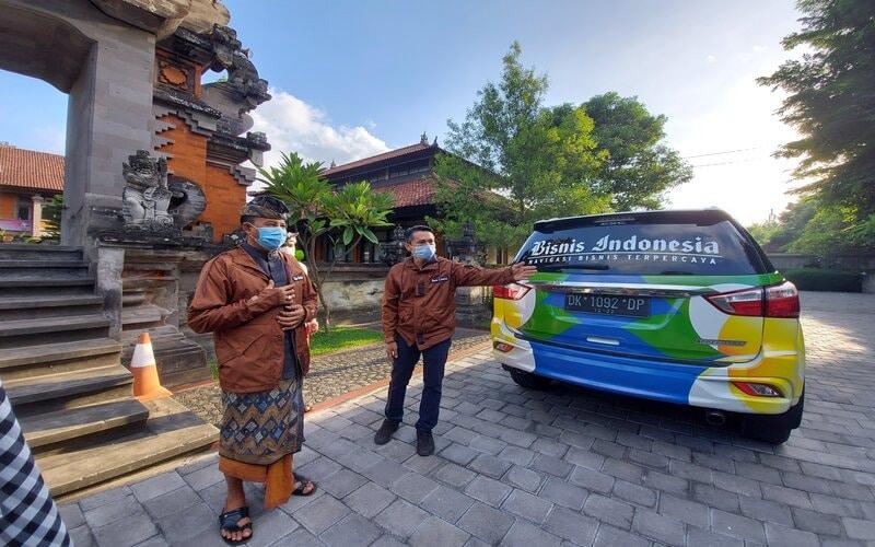 Kepala Dinas Pariwisata Provinsi Bali, I Putu Astawa (kiri) saat melepas Tim Wisata Jelajah KemBali di Dinas Pariwisata pada Selasa (10/11 - 2020).