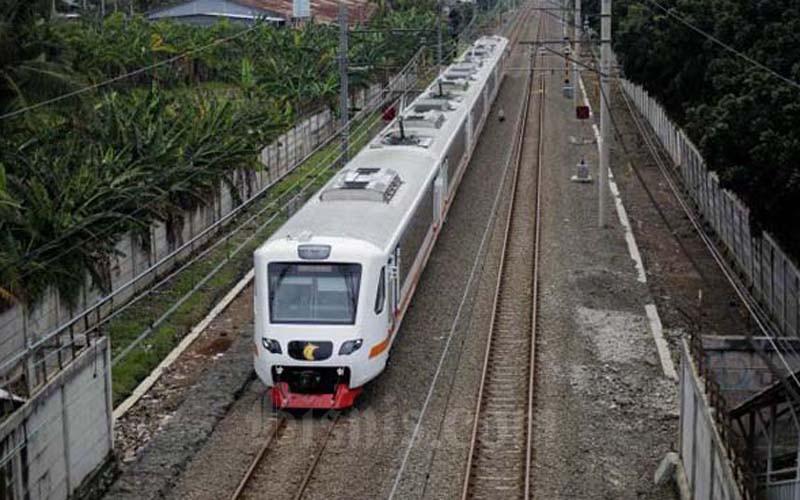 Kereta Api Bandara melintas di jalur perlintasan kereta di Tangerang, Banten, Senin (19/3/2019). - Bisnis/Jody Kinarwan