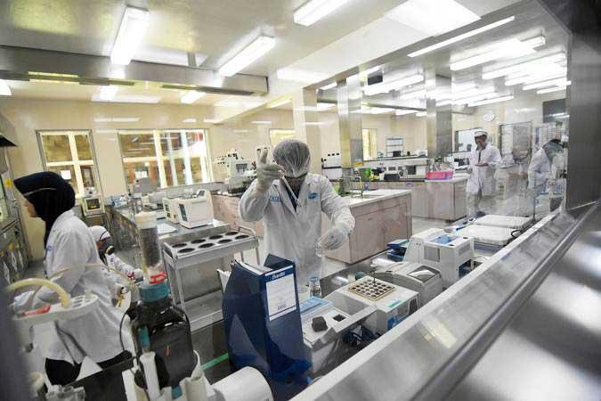 Pekerja farmasi beraktivitas memproduksi obat di pabrik Pfizer Indonesia, Jakarta Timur, Senin (29/4/2019). - ANTARA/Indrianto Eko Suwarso