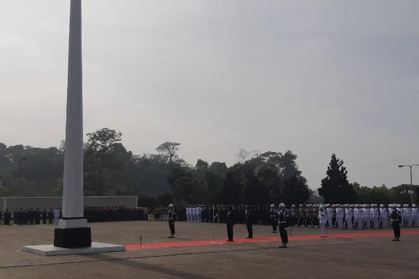 Presiden Joko Widodo menjadi inspektur upacara dalam upacara peringatan Hari Pahlawan di Taman Makam Pahlawan Cikutra, Bandung, Jawa Barat, Sabtu (10/11/2018) - Yodie Hardiyan