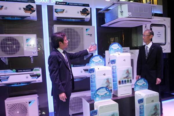Presiden Direktur PT Daikin Airconditioning Indonesia Isao Tsumura (kiri) bersama Direktur Yosuke Matsumoto menjelaskan  produk penyejuk udara (Air Conditioning) , di Jakarta, Rabu (29/11). - JIBI/Endang Muchtar