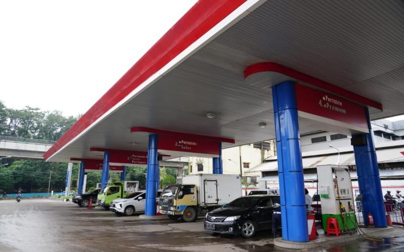 Sejumlah pengemudi kendaraan mengisi BBM di salah satu SPBU yang dikelola Pertamina MOR II Sumbagsel. istimewa
