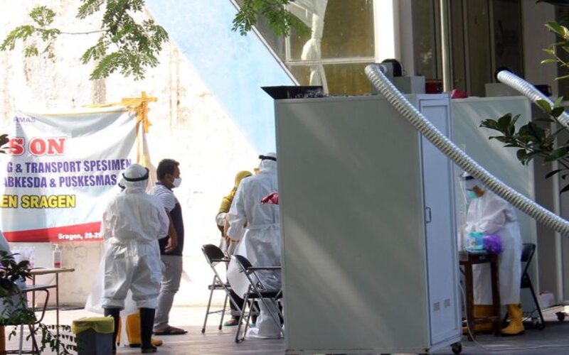 Sejumlah petugas kesehatan mengambil sampel swab puluhan orang menggunakan dua bilik swab di Technopark Ganesha Sukowati Sragen, Selasa (10/11/2020). - JIBI/Tri Rahayu