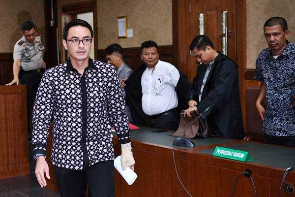 Eks Gubernur Jambi Zumi Zola (kedua kiri) meninggalkan ruangan usai sidang putusan di Pengadilan Tipikor, Jakarta, Kamis (6/12/2018). - ANTARA/Sigid Kurniawan
