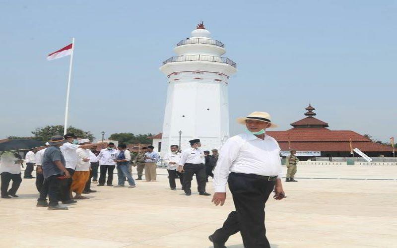 Gubernur Banten Wahidin Halim meninjau pembangunan revitalisasi Kawasan Kesultanan Banten, Kota Serang.  (Foto diambil sebelum pandemi Covid/19).
