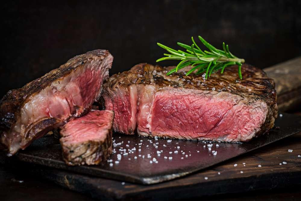 Steak biasanya dipanggang di atas bara api. Daging sapi harus melalui proses dry-age dalam pendingin khusus selama 60 hari. - ilustrasi