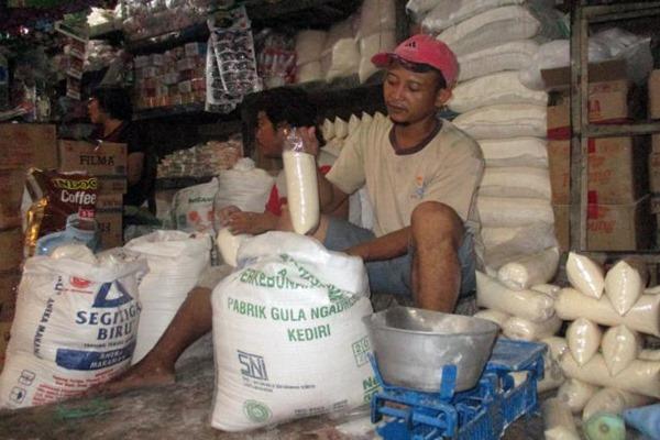 Pekerja sedang menimbang gula yang dkemas dalam plastik di Pasar legi, Solo, Selasa (10/5). JIBI/SOLOPOS - Sunaryo Haryo Bayu