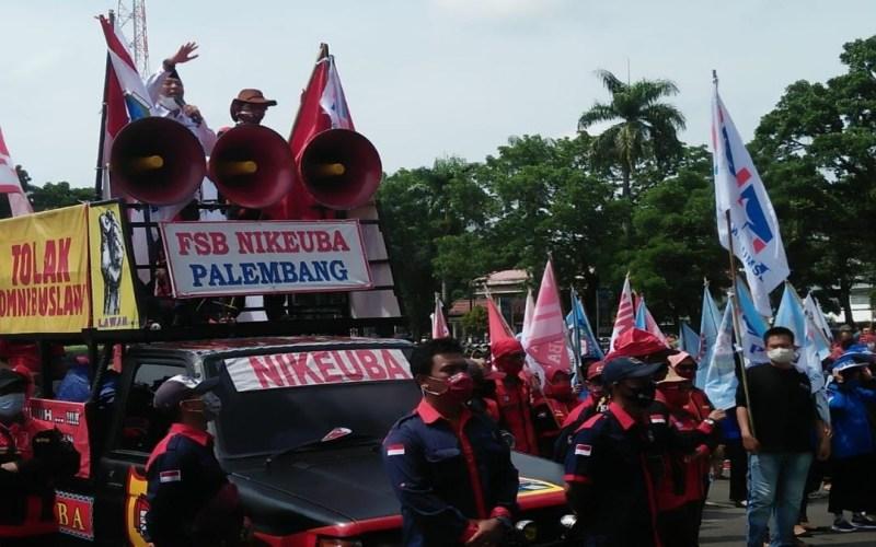 Aksi unjuk rasa puluhan buruh di Sumatra Selatan di Kantor Gubernur Sumsel yang menolak penetapan UMP Sumsel 2021. Bisnis/Dinda wulandari