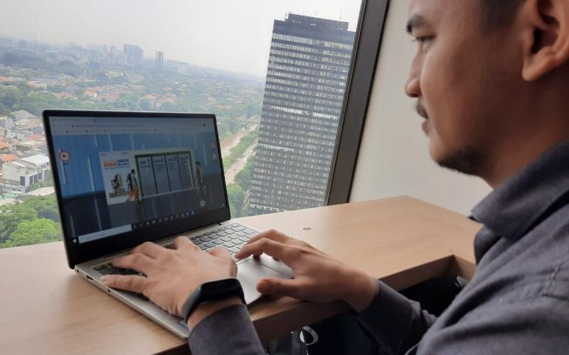 Pengunjung sedang mengakses Asia Virtual Property Expo (AVPE) 2020 di Jakarta, Rabu (11 November 2020) - BNI