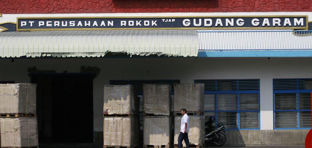 Seorang pekerja melintas di depan pabrik PT Gudang Garam Tbk. Kediri, Jawa Timur. - ANTARA FOTO / Arief Priyono