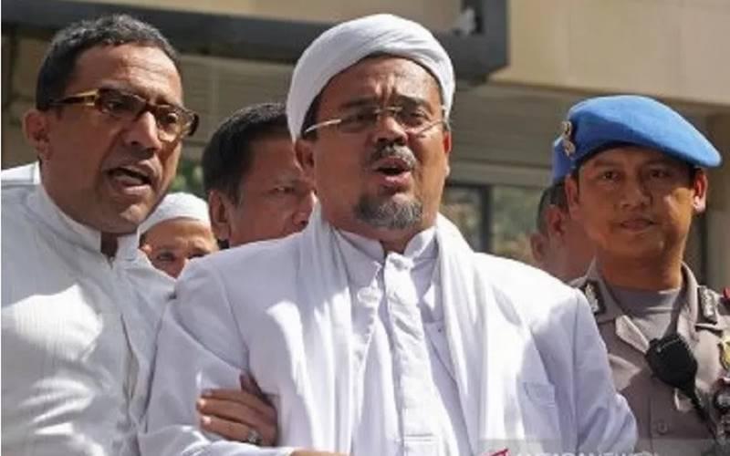 Imam Besar Front Pembela Islam (FPI) Habib Rizieq Shihab saat memberikan keterangan kepada wartawan usai menjalani pemeriksaan di Polda Metro Jaya, Jakarta. - Antara\r\n