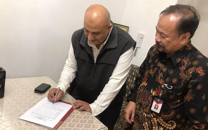 Atase Perdagangan KBRI Cairo Irman Adi Purwanto Moefthi (kanan) mendampingi pebisnis Mesir yang bertransaksi di hari pertama pameran perdagangan. - KBRI Cairo