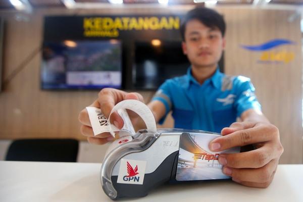 Transaksi nontunai dengan menggunakan Tapcash yang dikeluarkan BNI di loket Dermaga 6 Eksekutif Pelabuhan Merak. - Bisnis/Tim Jelajah Infrastruktur Sumatra 2019