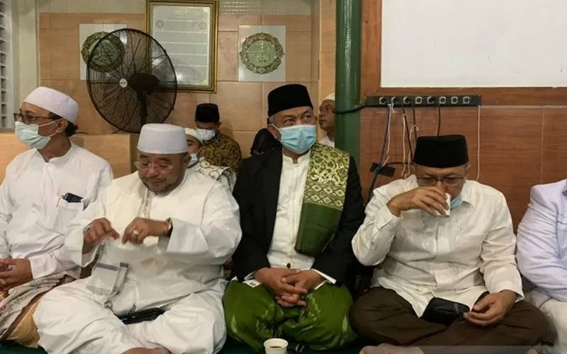 Presiden PKS Ahmad Syaikhu (tengah) didampingi Sekretaris Jenderal PKS Aboe Bakar Alhabsyi (kedua kiri) dan sejumlah petinggi PKS lainnya saat bersilaturahmi ke kediaman Imam Besar FPI Rizieq Shihab di Petamburan, Jakarta, Rabu  (11/11/2020). - Antara\r\n