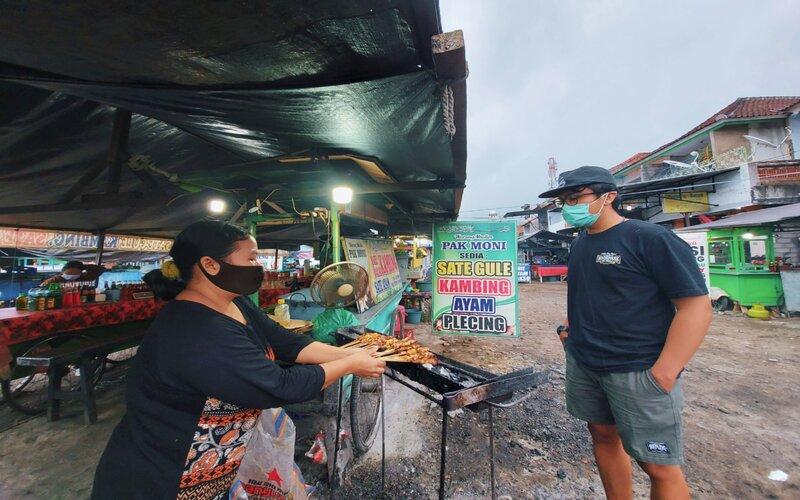 Pasar Senggol Seririt tetap buka hingga dini hari.