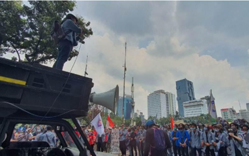 Mahasiswa menyampaikan orasi penolakan UU Cipta Kerja di Patung Kuda Arjuna Wiwaha, Rabu (28/10/2020). - Antara/Livia Kristianti