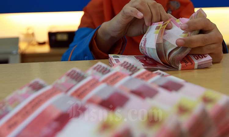 Karyawan menanta uang rupiah /Bisnis - Abdullah Azzam
