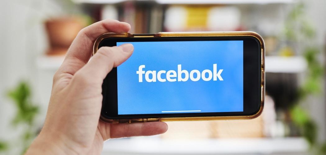 Logo Facebook terlihat di layar smartphone. - Bloomberg/Gabby Jones
