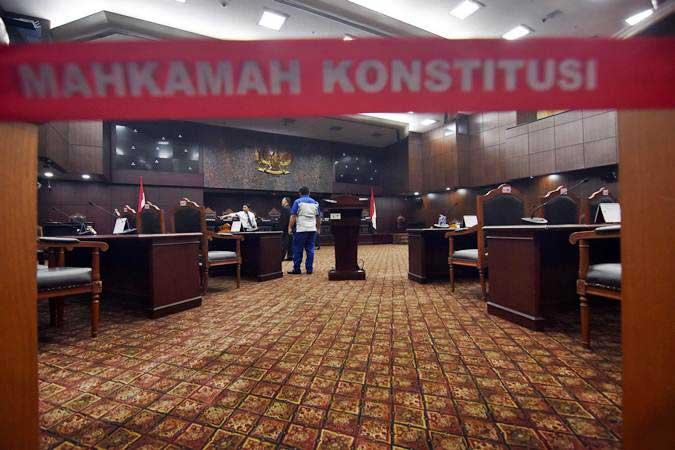Petugas menyiapkan ruang sidang di Gedung Mahkamah Konstitusi, Jakarta, Kamis (13/6/2019). - ANTARA/Indrianto Eko Suwarso