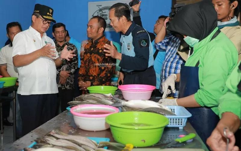 Gubernur Kaltara Irianto Lambrie saat meninjau salah satu industri pengelolaan hasil perikanan di Kaltara, belum lama ini. Pemerintah juga telah memiliki arah kebijakan pengembangan dan penguatan daya saing produk industri pengolahan ikan dengan prioritas pengembangan pada ikan tuna dan udang untuk periode 2020-2024.  - humasprovkaltara
