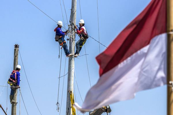 Ilustrasi: Petugas PLN tengah memindahkan jaringan listrik rumah tangga. - Antara