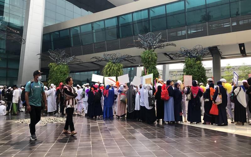 Ratusan massa Front Pembela Islam (FPI) kini mulai bergerak dari halaman Terminal ke arah West Lobby Terminal 3 Bandara Soekarno-Hatta untuk menyambut kepulanganHabib Rizieq Shihab dan keluarga dari Arab Saudi, Selasa (10/11/2020). JIBI - Bisnis/Sholahuddin Al Ayubbi