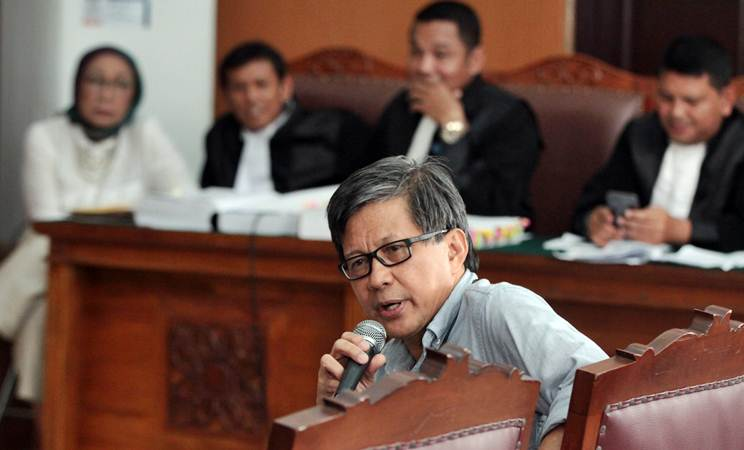 Akademisi Rocky Gerung memberikan kesaksian dalam sidang kasus dugaan penyebaran berita bohong atau hoaks dengan terdakwa Ratna Sarumpaet di PN Jakarta Selatan, Jakarta, Selasa (23/4/2019). - ANTARA/Reno Esnir