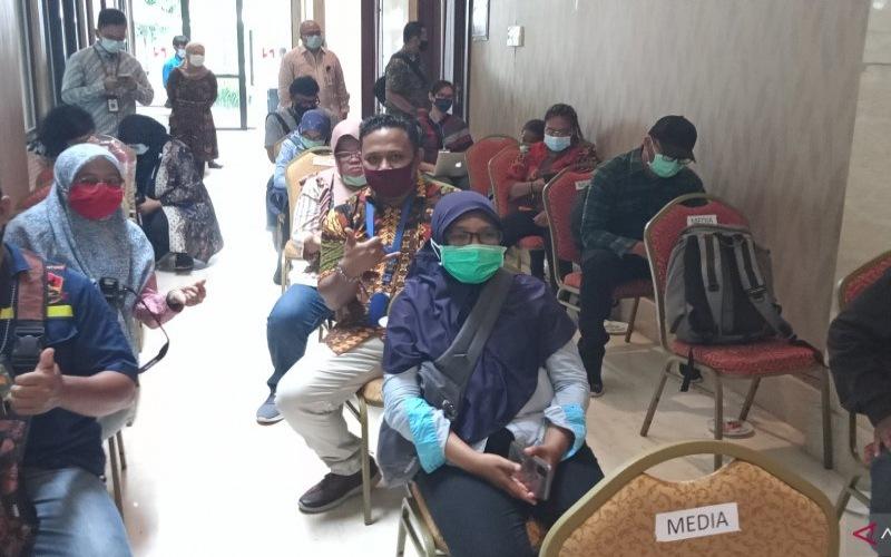 Wartawan Kota Sorong saat meliput kegiatan pembukaan kegiatan Coremap-CTI di Sorong, Jumat (13/11/2020). - Antara/Ernes Kakisina