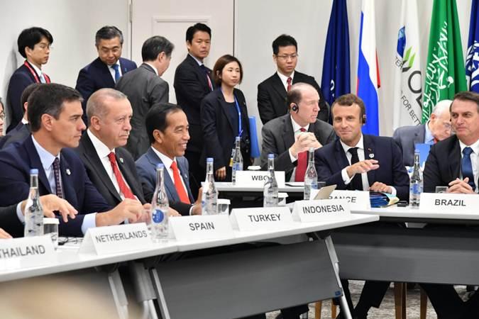 Presiden Joko Widodo (ketiga kiri) di sela-sela menghadiri KTT G20, di Osaka, Jepang, Jumat (28/6/2019). - Istimewa
