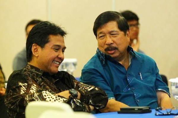 Ketua Umum Asosiasi Pengusaha Indonesia (Apindo) Hariyadi B. Sukamdani (kiri), berdiskusi dengan Ketua bidang Industri Manufaktur Apindo Johnny Darmawan, di sela-sela Public Policy Discussion, di Jakarta, Rabu (21/6). - JIBI/Dwi Prasetya