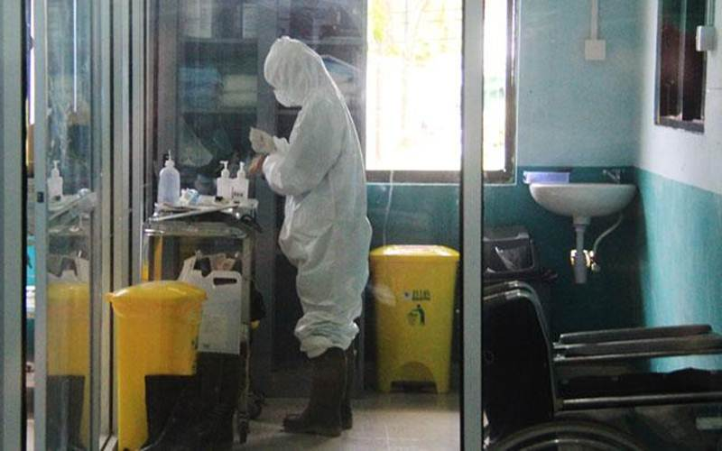 Ilustrasi-Petugas medis bersiap memakai alat pelindung diri untuk memeriksa pasien suspect virus Corona di ruang isolasi instalasi paru Rumah Sakit Umum Daerah (RSUD) Dumai di Dumai, Riau, Jumat, 6 Maret 2020. - Antara